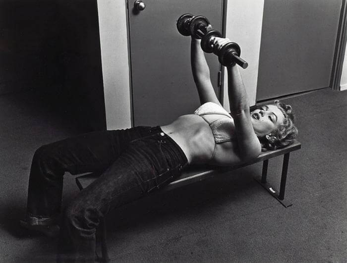 Marilyn Monroe macht Bankdrücken